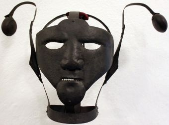 18th century scold's bridle in the Märkisches Museum Berlin, Photo taken by Angoria. Used under CC BY 3.0